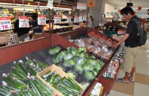 久しぶり商品が補充された生鮮野菜コーナーを眺める買い物客=2日、Aコープ和泊店