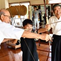 奄美市スポーツフェスタで弓道を体験する児童ら=8日、名瀬運動公園弓道場