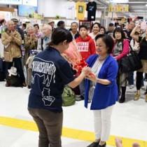 花束贈呈などでツアー客を歓迎したセレモニー=18日、天城町の徳之島空港