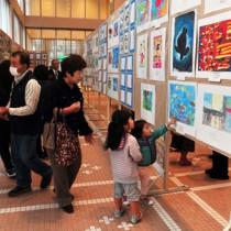多くの市民が訪れた奄美市民文化祭=27日、奄美市名瀬の奄美文化センター