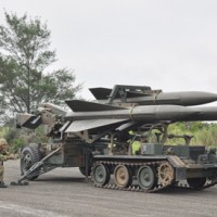 2016年の演習で報道機関に公開された改良ホーク改善Ⅲ型のミサイルと発射機=16年10月19日、奄美市笠利町