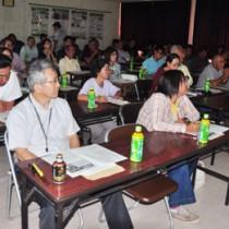 研修会でマンゴー生産の課題や技術向上への取り組みを確認した参加者=25日、奄美市名瀬