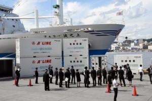 離島航路の事業者に引き渡された冷凍コンテナ=22日、鹿児島市の鹿児島新港