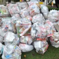 ごみステーションに山積みされた可燃ごみの袋=15日、和泊町和泊