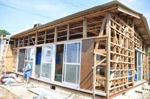 台風で損壊した家の修理に自力で取り組む住民=10月27日、与論町