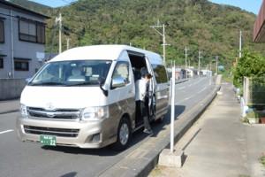 バス廃止路線で代替運行する大型タクシー=1日、大和村