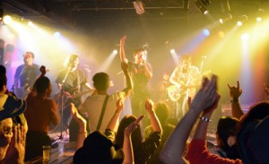 ステージ、観客一体で盛り上がるアシビ20周年イベント=3日、奄美市名瀬金久町