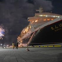 クルーズ客船「にっぽん丸」と夜空を彩る花火=24日、奄美市名瀬