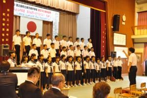 創立60年を迎えた感謝と今後の飛躍への思いを込めて合唱する東天城中の生徒ら=28日、徳之島町花徳