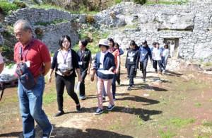 沖永良部島内の観光地の一つ「世之主の墓」を訪れたFAMトリップの参加者ら=20日、和泊町