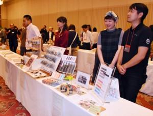 県観光連盟会長賞を受賞したマスキングテープを紹介する迫田さん(右)=10日、鹿児島市