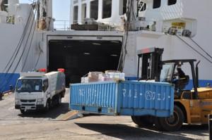 久しぶりに入港した定期船から下ろされる物資や、高所作業車=2日、和泊港