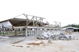 台風24号の暴風で全壊した牛舎=12日、喜界町湾