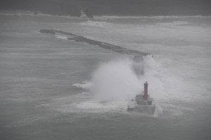 高波をかぶる沖防波堤(9月30日午前9時ごろ=奄美市名瀬大熊の県道から撮影)