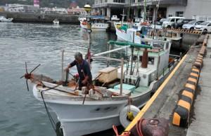 漁の再開に向け準備する漁業者=6日、奄美市名瀬の名瀬漁港