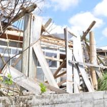 台風24号の強風で損壊した空き家=7日、知名町