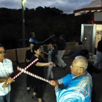 地域住民が踊りを奉納した殿智神社例祭=23日、知名町上平川