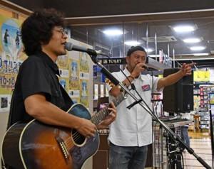 4枚目もアルバム「カサリズム4」の発売記念ミニライフで熱唱するカサリンチュ=10日、奄美市名瀬のツタヤ名瀬店
