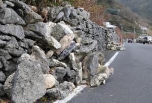 崩れたままとなっているサンゴ石垣=11日、瀬戸内町西古見
