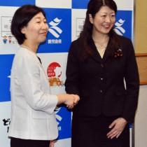 副知事を退任する小林氏(左)と新たに任命された中村氏=4日、鹿児島市の県庁