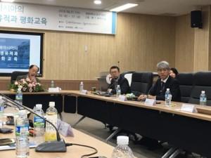 全体討論で意見を述べる鼎丈太郎さん(右)=11日、韓国・圓光大学