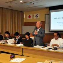 7人のパネリストが奄美の自立について意見発表したシンポジウム=14日、奄美市名瀬