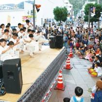 多くの見物客が見守る中、空手演武などが披露された特設舞台=3日、奄美市名瀬