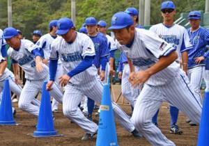 秋季キャンプをスタートさせたベイスターズの選手たち=2日、名瀬運動公園市民球場