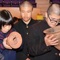 土器を興味深そうに観察する中学生=16日、宇検村