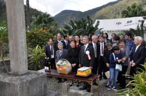 大島信生誕165年祭でその遺徳をしのぶ関係者=24日、龍郷町中勝の記念碑