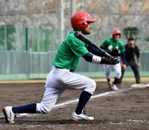 【決勝・奄美―金久】七回裏、逆転サヨナラの一打を右前に放つ奄美の林=25日名瀬市民球場