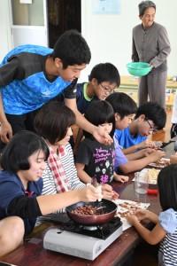 黒糖豆菓子作りなどを楽しんだ交流イベント=18日、奄美市住用町