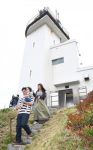 家族連れなど212人が訪れた笠利埼灯台の一般公開=3日、奄美市笠利町
