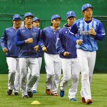 ランニングに汗を流す選手たち=19日、名瀬運動公園屋内多目的練習場