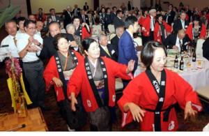 祝賀会で踊る奄美出身者ら=4日、鹿児島市