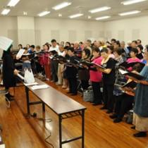18日の公演に向け練習に熱が入る合唱団員たち=11日、奄美市名瀬