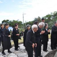 平和の塔に白菊を献花する遺族会ら参列者=16日、大山野営場