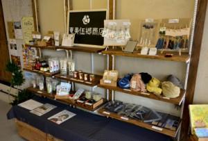 手作りの棚に並ぶ群島各地の加工品や手作りアクセサリー