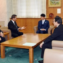 シラヒゲウニの資源回復に向けた支援を要請する奥田会長(左から2人目)=28日、鹿児島市