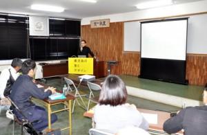 デザイン会社の代表らが講話した「鹿児島の食とデザイン」の奄美セミナー=20日、奄美市名瀬の県大島支庁