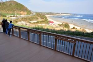 太平洋を見渡す景勝地に整備された展望デッキ=10月30日、奄美市笠利町土浜