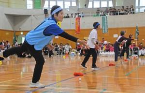 選手や応援団ら約1000人で盛り上がった大島ブロックシルバースポーツ大会=1日、龍郷町りゅうゆう館