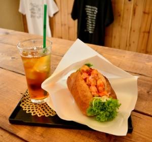 宇検村の養殖クルマエビなどを使ったえびサンドイッチと徳之島産のべにふうき茶