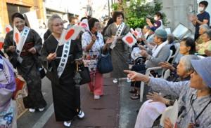 天皇皇后両陛下の与論島訪問から1周年を記念して開かれたパレード=11日、与論町茶花