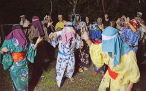 家々を踊り回って家内安全などを祈願したムチムレ踊り=23日午後10時ごろ、大和村湯湾釜