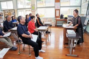 母校の教室で、恩師の授業を受ける同窓生ら=10月27日、瀬戸内町加計呂麻島の薩川中学校