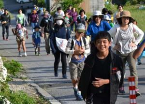 200人が参加し、にぎわった奄美トレイル開通記念ヨロンパナウル健康ウオーク=25日、与論町