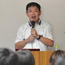 「発達障害の定義と関わり方」と題して講演する西永准教授=19日、知名町商工会館