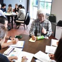 島の人から昔の島の暮らしや仕事などに関して聞き取りする教員免許状更新講習の受講者=23日、知名町