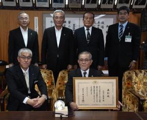 生涯スポーツ功労者表彰を受けた丸田さん(手前右)=27日、奄美市役所市長応接室